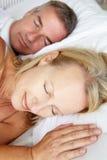 Haupt- und Alterspaarschlafen der Schultern mittleres stockfotografie