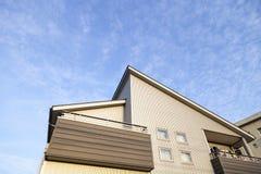 Haupt- und blauer Himmelhintergrund Lizenzfreies Stockfoto