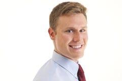 Haupt- und Schulter des jungen Geschäftsmannlächelns Stockfoto