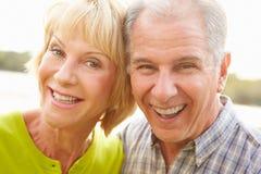 Haupt- und Schulter-Porträt von älteren Paaren draußen stockfoto