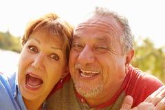 Haupt- und Schulter-Porträt von älteren Paaren im Garten Lizenzfreie Stockbilder