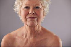 Haupt- und Schultern der älteren Frau Stockbilder