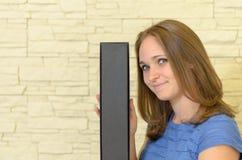 Haupt- und Schultern des lächelnden Brunette 20s Lizenzfreie Stockfotos