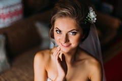 Haupt- und Schultern schließen oben von der jungen blonden Frau in rührendem Gesicht des Schleiers Lizenzfreie Stockfotografie