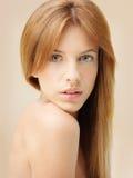 Haupt- und Schulterportrait der schönen Frau Stockfoto