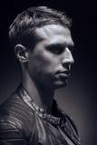 Haupt- und Schulterschuß, ein junger erwachsener Mann kaukasisch, schwarzes Ba stockfoto