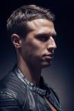 Haupt- und Schulterschuß, ein junger erwachsener Mann kaukasisch, schwarzes Ba stockbild