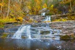 Haupt- Wasserfall bei Kent Falls State Park in West-Connecticut lizenzfreie stockfotos