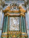 Hauptaltar mit ` die heilige Familie mit Johannes der Baptist und seinem Eltern ` durch Domenico Guidi, in der Kirche von Sant-`  stockfotografie