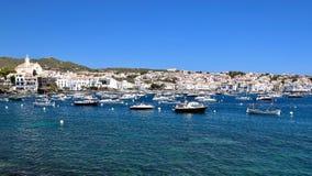 Hauptansicht von Bucht und von Dorf Cadaqués, von Strand ` ` Es Llaner Gran, Costa Brava, Mittelmeer, Katalonien, Spanien stockbild