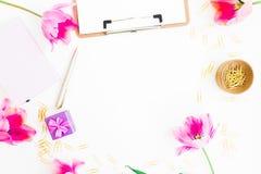 Hauptarbeitsplatz mit Klemmbrett, Tagebuch, rosa Blumen und Zubehör auf weißem Hintergrund Flache Lage, Draufsicht Blogger oder F Stockfotos