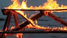 Hauptartvideo Kein Ton Latten, die unten drei?ig 30 Sekunden fallen Extremes Nahaufnahmevideo eines brennenden Picknicktischs stock footage