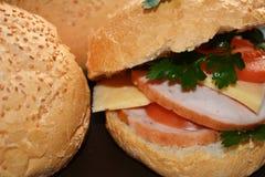 Hauptburger mit Schinken und Käse und frische Tomaten Lizenzfreie Stockbilder