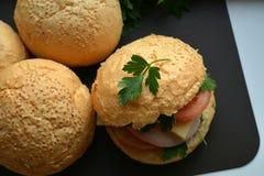 Hauptburger mit Schinken und Käse und frische Tomaten Stockbilder