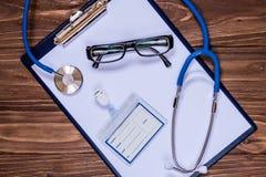 Hauptdoktor ` s eingestellt: Anmerkung, Ausweis, Stethoskop, Gläser Stockfotos