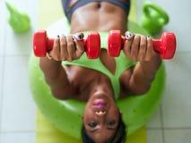 Haupteignungs-schwarze Frauen-Trainings-Brüste auf Gymnastikball Stockbilder