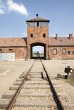 Haupteingang Auschwitz-Birkenau mit Gleisen. stockbilder