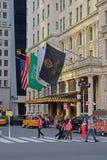 Haupteingang des Piazza-Hotels, hier dargestellt mit den Fußgängern, die über die Straße gehen Lizenzfreie Stockfotos
