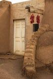 Haupteingang eines Hauses des luftgetrockneten Ziegelsteines Stockbilder