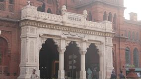 Haupteingang von Lahore-Museum im Jahre 1894 hergestellt stock video footage