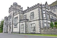 Haupteingang zu Kylemore-Abtei, Connemara, westlich von Irland Lizenzfreie Stockbilder