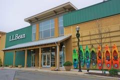 Haupteingang zu L L Bean mit den Kajaks angezeigt für Verkauf lizenzfreie stockbilder