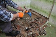 Haupterneuerung, Badezimmer demolieren Stockbilder