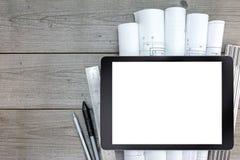 Haupterneuerungspläne und leere Tablette auf hölzernem Hintergrund lizenzfreies stockbild
