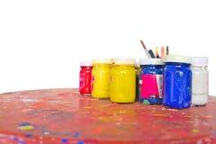 Hauptfarbe der Plakatfarbe auf der hölzernen Tabelle Stockfotos