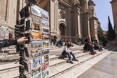 Hauptfassade der Kathedrale und der Leute, die auf Schritten in Pasiegas sitzen Lizenzfreies Stockfoto