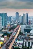 Hauptfluß des langen im Stadtzentrum gelegenen Straßen-Kreuzes der Belichtungsstadt in Bangkok Stockbild