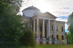 Hauptfront des Haupthauses Znamenskoye-Rayokzustandes (18. Jahrhundert) in Torzhok-Bezirk Lizenzfreie Stockbilder