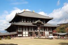 Hauptgebäude oder buddhistische Kirche machten vom Teakholzholz das größte von der Welt von Todaiji-Tempel auf Hintergrund des bl lizenzfreies stockfoto