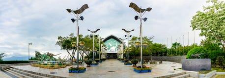Hauptgebäude und verschiedene Dinosaurieranzeige des Goseong-Dinosauriermuseums im Panoramablick Lizenzfreie Stockfotos