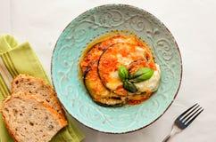 Hauptgericht Parmigiana mit Aubergine, mozarella und Tomatensauce Lizenzfreies Stockbild