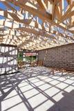 Hauptgestaltung des neuen hölzernen Wohnbaus Errichten eines Dachs mit hölzernen Hindernissen Lizenzfreies Stockbild