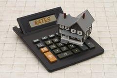 Hauptgraues Haus der Hypothekenzinsen-Zinssätze, A und Taschenrechner auf sto Lizenzfreie Stockfotos