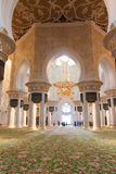 Haupthalle innerhalb Scheichs Zayed Grand Mosque Stockfotografie