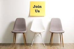 Hauptjagdhilfssteckbriefkonzept Minimalistic-Zusammensetzung mit Stuhl und leere Kopie sperren Wand Lizenzfreies Stockfoto