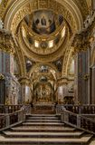 Hauptkirchenschiff und Altar innerhalb der Basilika-Kathedrale bei Monte Cassino Abbey Italien Stockfotos