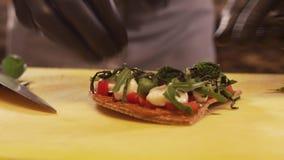 Hauptkoch Puts Shredded Greens auf einem Kuchen stock video footage
