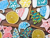 Hauptkochen des lockigen Weihnachtslebkuchens Lizenzfreie Stockfotografie