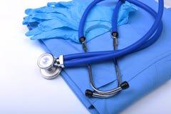 Hauptlügen des medizinischen Stethoskops auf blauer Doktoruniformnahaufnahme Medizinischer Werkzeug- und Instrumentshop, Therapeu Stockbilder