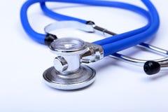 Hauptlügen des medizinischen Stethoskops auf blauer Doktoruniformnahaufnahme Medizinischer Werkzeug- und Instrumentshop, Therapeu Stockbild