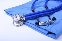 Hauptlügen des medizinischen Stethoskops auf blauer Doktoruniformnahaufnahme Medizinischer Werkzeug- und Instrumentshop, Therapeu Lizenzfreie Stockfotografie