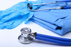 Hauptlügen des medizinischen Stethoskops auf blauer Doktoruniformnahaufnahme Medizinischer Werkzeug- und Instrumentshop, Therapeu Stockfotos