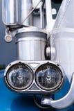 Hauptlicht des blauen klassischen LKWs stockbilder