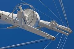 Hauptmast von einer Luxuxyacht gegen Himmel lizenzfreies stockbild
