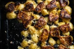 Hauptofenkartoffeln mit Schweinefleisch und Pilzen - wirkliche Landwirtnahrung und -waren vom Wald lizenzfreie stockbilder