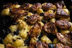 Hauptofenkartoffeln mit Schweinefleisch und Pilzen - wirkliche Landwirtnahrung und -waren vom Wald lizenzfreie stockfotos